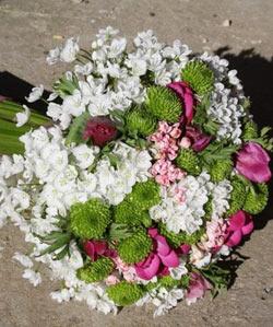 Brudebuket med freesia og franske anemoner