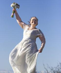 Glad brud med brudebuket