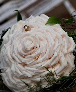 brudebuket syet af rosenblade