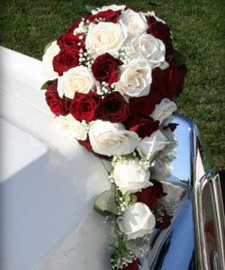 brudebuket af roser og brudeslør