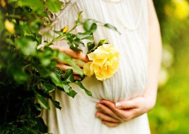 Gravid brud der holder sig på maven