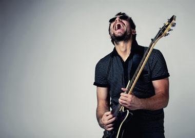 Mand der giver den gas på guitar