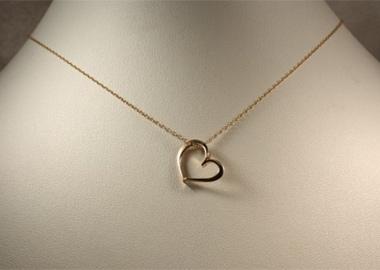 Fint guldvedhæng hjerteformet