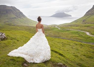 Model i brudekjole med kæmpe stort skørt