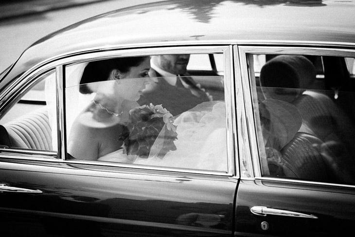 brudepar køres væk i bil