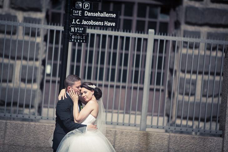 forelsket brudepar ved vejskilt