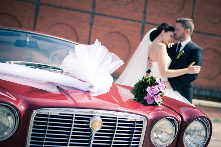 brudebuket på rød bil