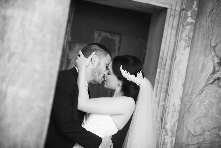 real wedding brudepar kysser hinanden