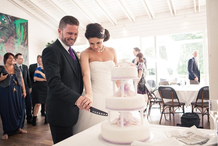 brudepar skærer bryllupskagen