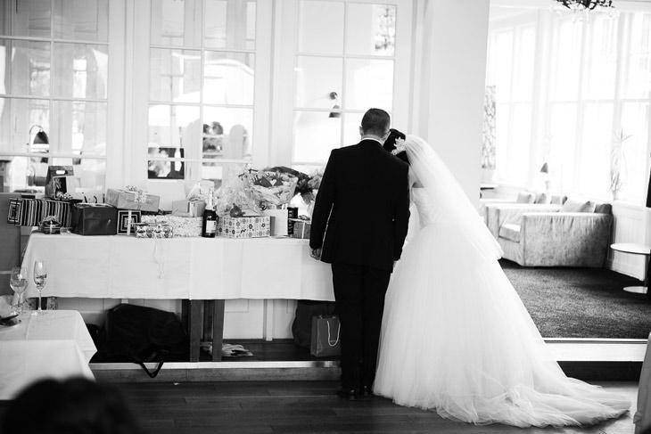 brudepar ser på deres bryllupsgaver