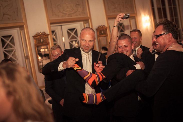 real wedding brudgom får klippet sokkerne