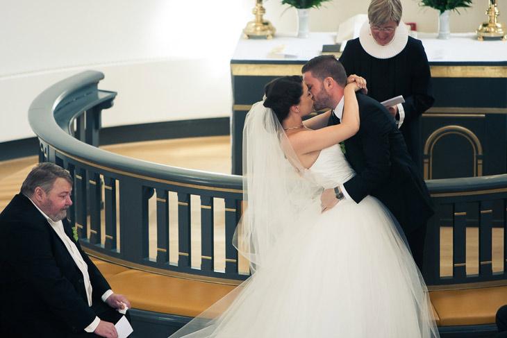 brud og gom kysser i kirken
