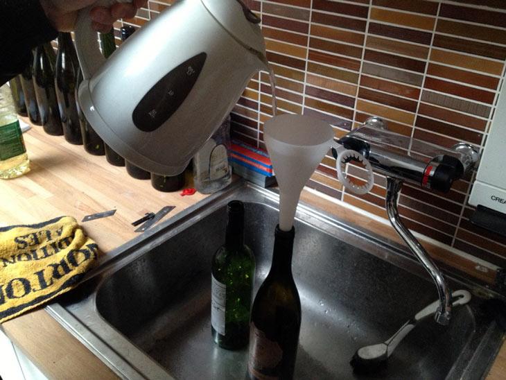Kogende vand hældes i flaskerne