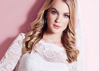 Model i brudekjole med slør og headpiece