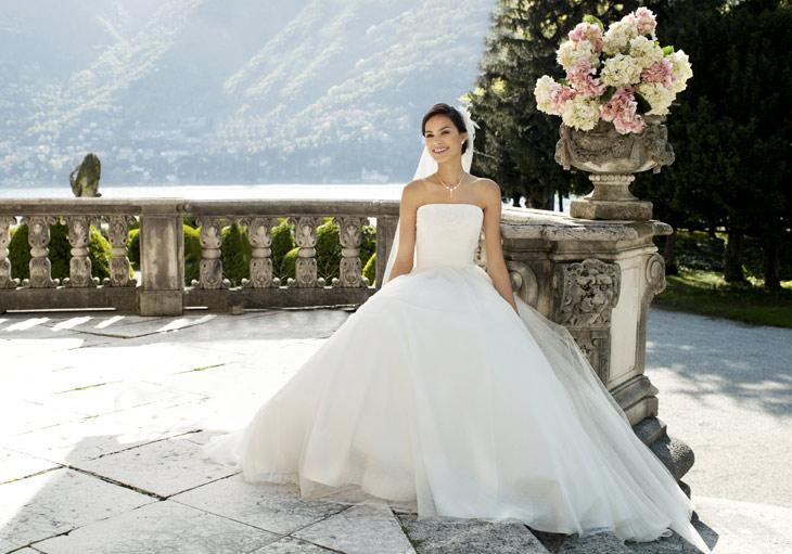 model der sidder ned med brudekjole med tyl skørt