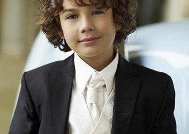 Brudesvend i sort habit med hvid vest og hvidt slips