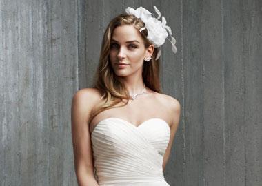 Brudekjole model med hvidt headpiece