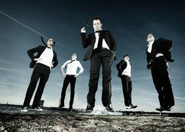 5 mænd der svæver over jorden