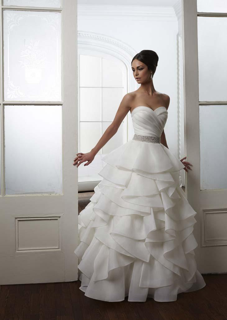 Brudekjole med smuk draperet overdel og store flæser på underdelen
