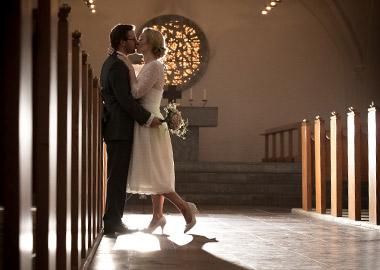 Brudepar der kysser i kirken