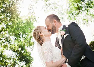 Brudepar der kysser under et træ