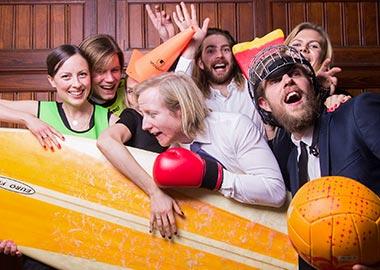 Glade folk der vinker i en photobooth
