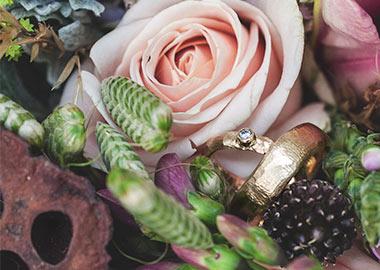 Vielsesringe fotograferet sammen med brudebuket
