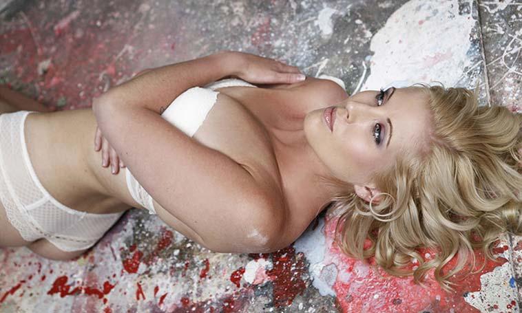 Kvinde der ligger i undertøj på jord