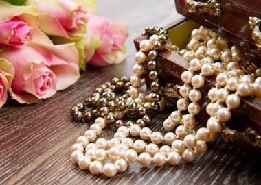 Smykkeskrin med perlekæder og roser