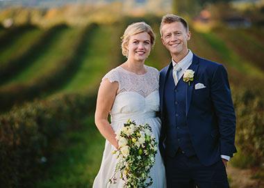 Brudepar fotograferet på mark