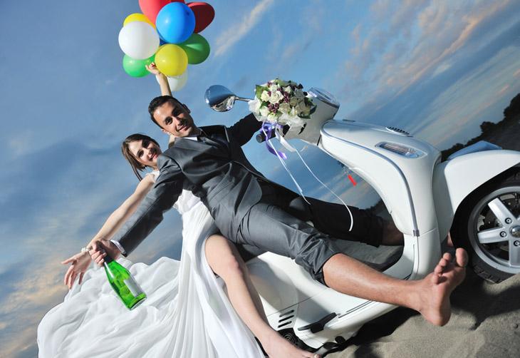 Nygift brudepar bryllupskørsel