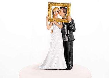 Brudepar figurer der kigger ud gennem en ramme