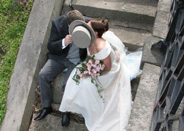 Brudepar der kysser på en trappe