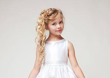 Lille brudepige i hvid kjole