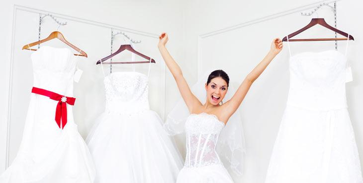 glad brud prøver brudekjoler