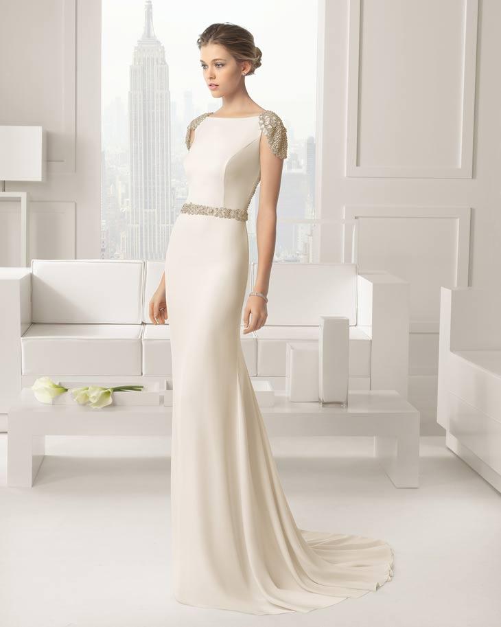 Helt glat champagne farvet brudekjole med gyldne detaljer på skuldre og bælte