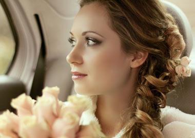 Brud med flot makeup der sidder i bil