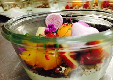 Billede af farverigt mad i gennemsigtig glasskål