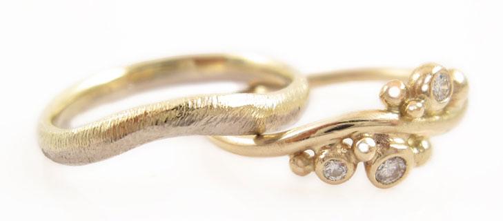 Smal guldring med sten og bredere ring uden sten