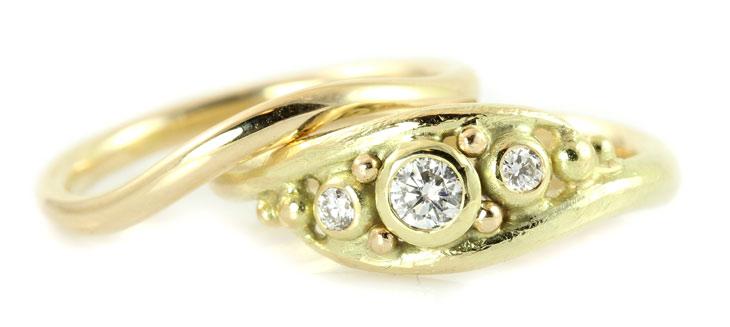 Smal guldring og bred guldring med flere diamanter
