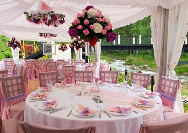 Telt pyntet med rosa farver
