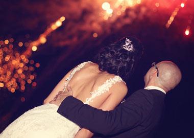 Brudepar ser fyrværkeri