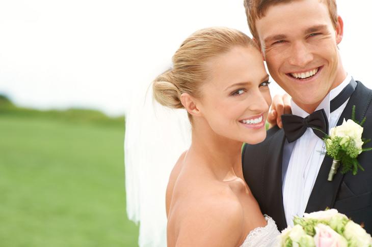 brudepar der er viet i det fri