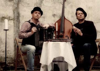 Mænd med harmonika og kontrabas