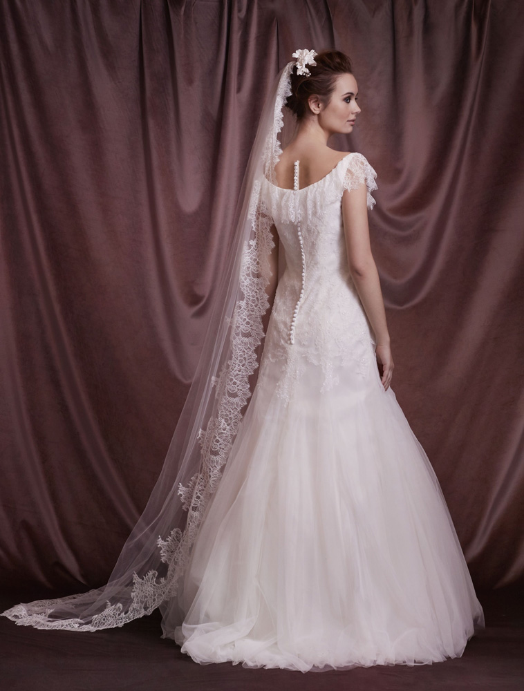 brudekjole med rundet udskæring