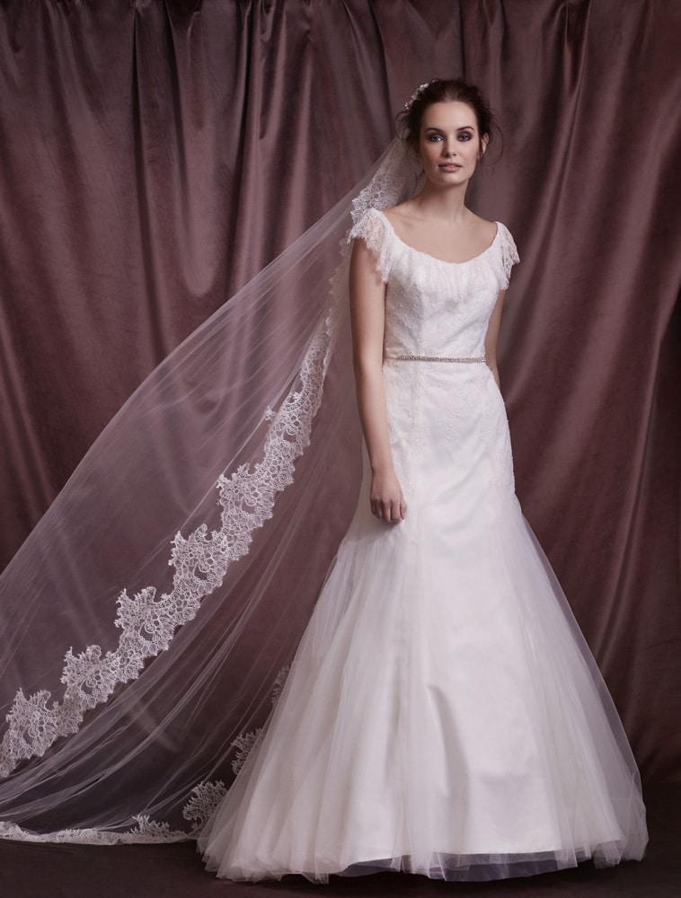 brudekjole med rundet halsudskæring