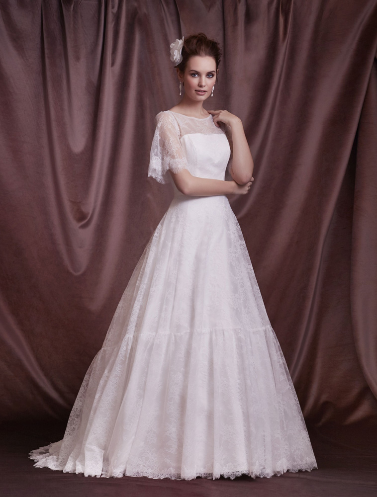 brudekjole med blonde cape effekt