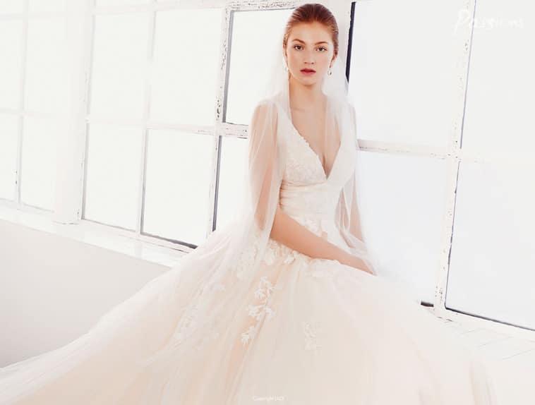 Brudekjole med dyb V-udskæring og tynde stropper