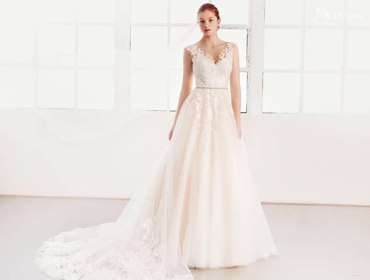 Brudekjole med brede blonde stropper og smalt bælte