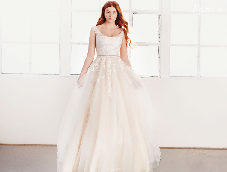 Brudekjole med flot rundet udskæring og smalt bælte